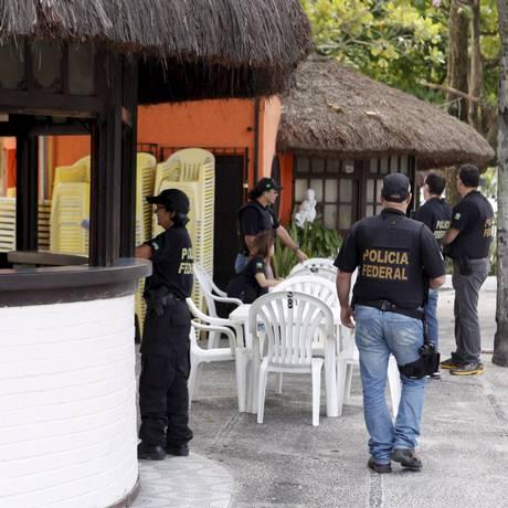 Mobilização. Agentes da Polícia Federal abordam quiosqueiros na Praia de Charitas durante operação Foto: Gustavo Stephan / Agência O Globo