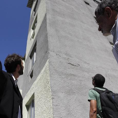 Arquiteto observa parede de prédio que tem primeiro pavimento mais largo que o restante Foto: Pedro Teixeira / Agência O Globo