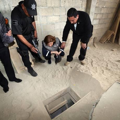 Procurador-geral do México, Arely Gomez, olha para o fim do túnel através do qual o líder do narcotráfico 'El Chapo' escapou da prisão de Altiplano, em uma casa em Almoloya de Juarez, no México Foto: -- / AFP