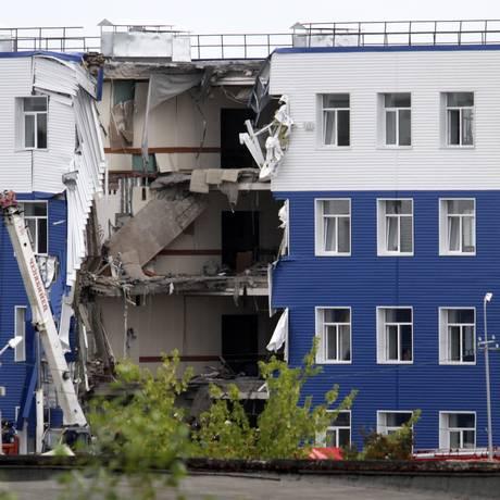 Edifício em um quartel perto de Omsk, na Sibéria, desabou e matou 23 mortos Foto: Dmitry Feoktistov / AP