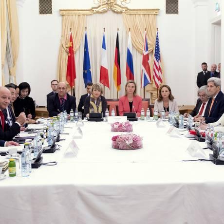Negociadores do Irã e das potências ocidentais estão prestes a fechar acordo sobre programa nuclear iraniano Foto: JOE KLAMAR / AFP