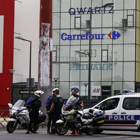 Polícia bloqueia área do shopping Qwartz, em Villeneuve-La-Garenne, após tentativa de assalto Foto: THOMAS SAMSON / AFP