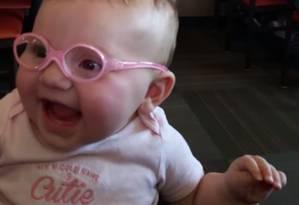 Piper abre um sorriso ao enxergar bem pela primeira vez Foto: Reprodução/Youtube