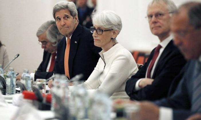 Negociadores das potências ocidentais tentam chegar a um acordo sobre o programa nuclear iraniano em Viena Foto: CARLOS BARRIA / AFP