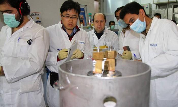 Inspetores da AIEA e técnicos iranianos em Teerã Foto: KAZEM GHANE / AFP