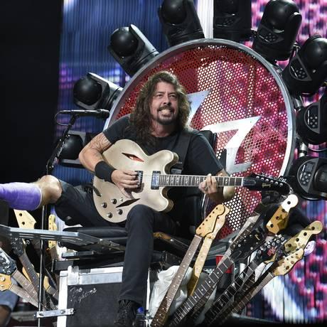 Dave Grohl no trono que projetou para tocar com os Foo Fighters enquanto se recupera de fratura na perna Foto: Nick Wass / Nick Wass/Invision/AP