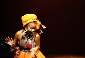O grupo Amok Teatro estreou em fevereiro a peça 'Salina, a última vértebra' em história sobre exílio, ódio e perdão ambientada na África Foto: Divulgação