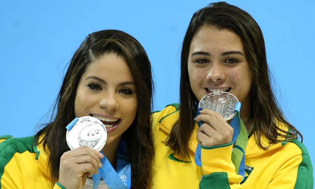 Ingrid Oliveira e Giovana Pedroso exibem as medalhas Satiro Sodré / Divulgação