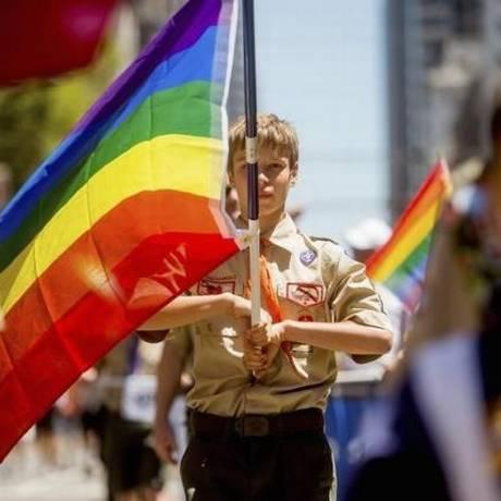 Escoteiro carrega a bandeira do arco-íris durante a parada do orgulho gay em São Francisco, em junho do ano passado Foto: REUTERS/NOAH BERGER