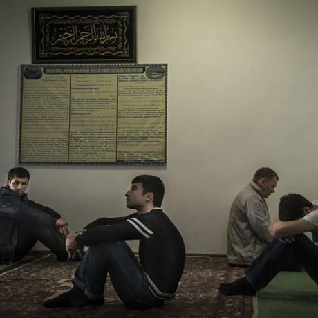 Jovens muçulmanos em mesquita de Stavropol: ativistas acusam Rússia de perseguição a convertidos Foto: SERGEY PONOMAREV / NYT
