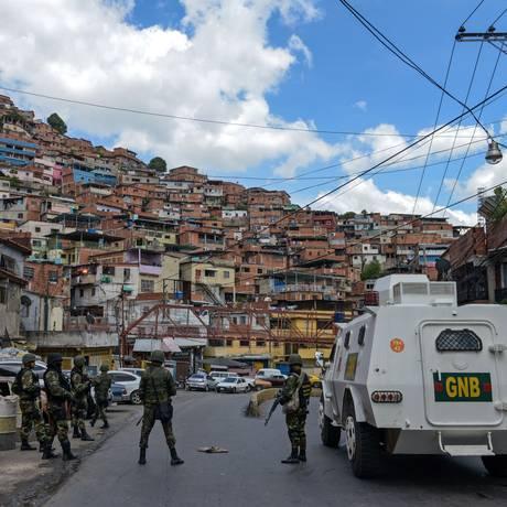 Oficiais da Guarda Nacional Bolivariana preparam operação Foto: FEDERICO PARRA / AFP