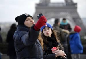 Turistas em frente à Torre Eiffel, em Paris Foto: MIGUEL MEDINA / AFP