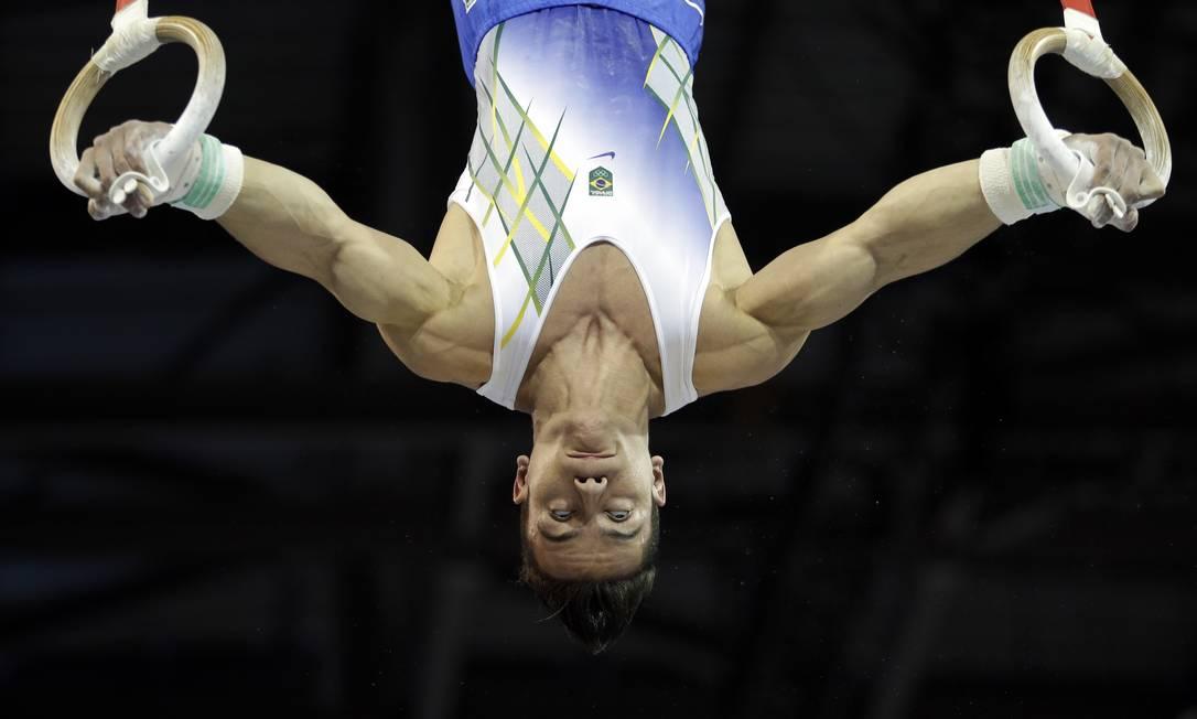 O brasileiro Caio Souza se apresenta na ginastica artística Gregory Bull / AP