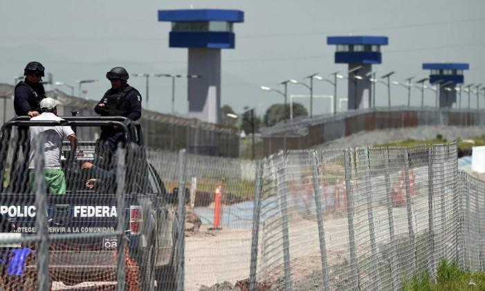 """Policiais federais patrulham a área em volta da prisão de Altiplano, de onde o chefão do trafico mexicano, Joaquin """"El Chapo"""" Guzman, fugiu por um túnel. A prisão é considerada de segurança máxima Foto: ALFREDO ESTRELLA / AFP"""