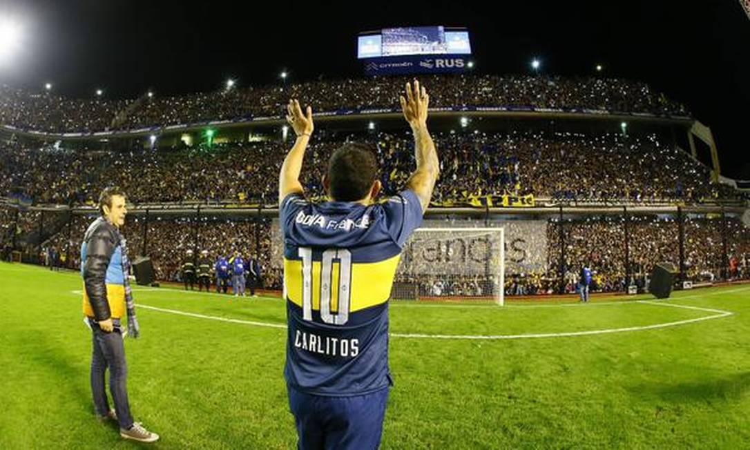 Tévez é saudado pela torcida do Boca Juniors e retribui o carinho Divulgação