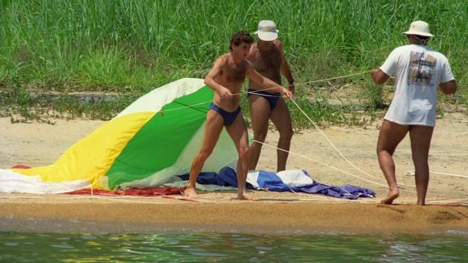 Vai voar. Senna e o paraglider, no litoral de Angra: banhos na imprensa Foto: Fernando Maia/16-11-1991