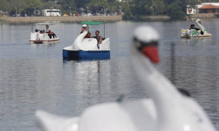 Os pedalinhos da Lagoa são um sucesso entre a garotada Foto: Custódio Coimbra / Agência O Globo (21/04/2015)