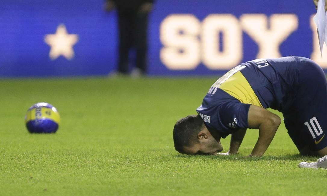 Tévez beija a grama da Bombonera Ivan Fernandez / AP