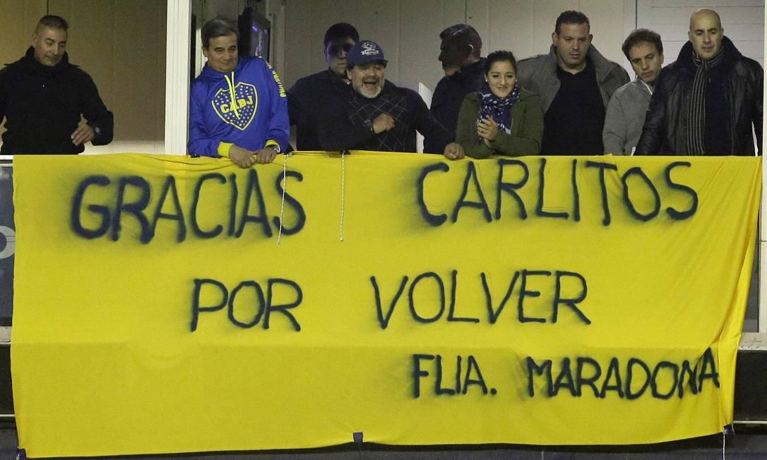 Maradona também exibiu uma faixa dando boas-vindas a Tévez Ivan Fernandez / AP