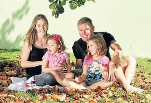 Katiele e Noberto Fischer, pais de Anny, cobram acesso mais fácil ao CBD Foto: Divulgação/ João P. Telles
