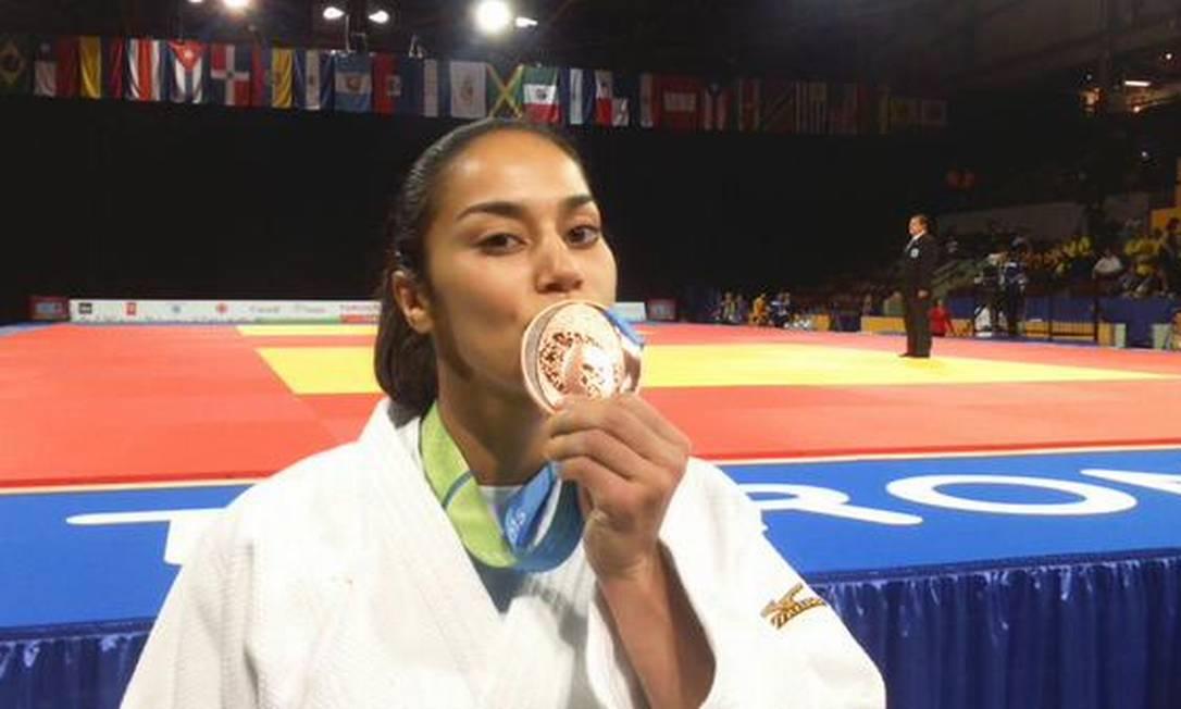 Mariana Silva beija a medalha de bronze Foto: Divulgação/Time Brasil
