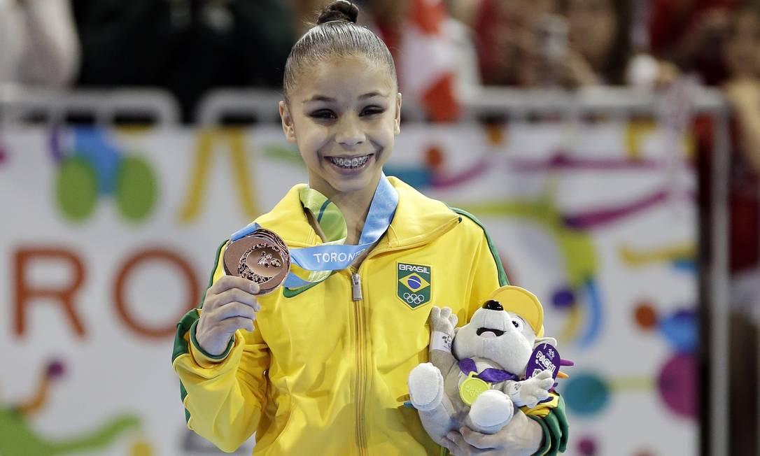 Flavia Saraiva exibe sua primeira medalha em Pan Foto: Gregory Bull / AP