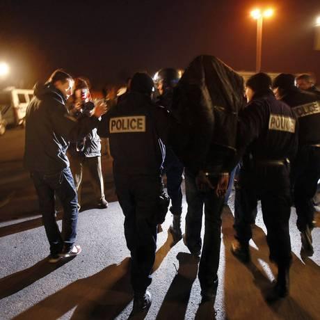 """Policiais franceses prendem um homem no subúrbio de Villiers-le-Bel, no Norte de Paris: preconceito contra imigrantes é tema recorrente do """"Bondy Blog"""" Foto: Franck Fife / Franck Fife/AFP"""