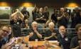 Membros da equipe que comanda a missão da New Horizons momentos antes da aproximação máxima do planeta