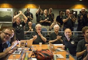 Membros da equipe que comanda a missão da New Horizons momentos antes da aproximação máxima do planeta Foto: Bill Ingalls / AP