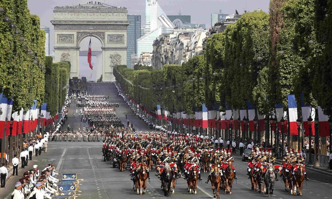Tropas marcham pela avenida Champs-Elysees. Ao fundo, o Arco do Triunfo MAL LANGSDON / REUTERS