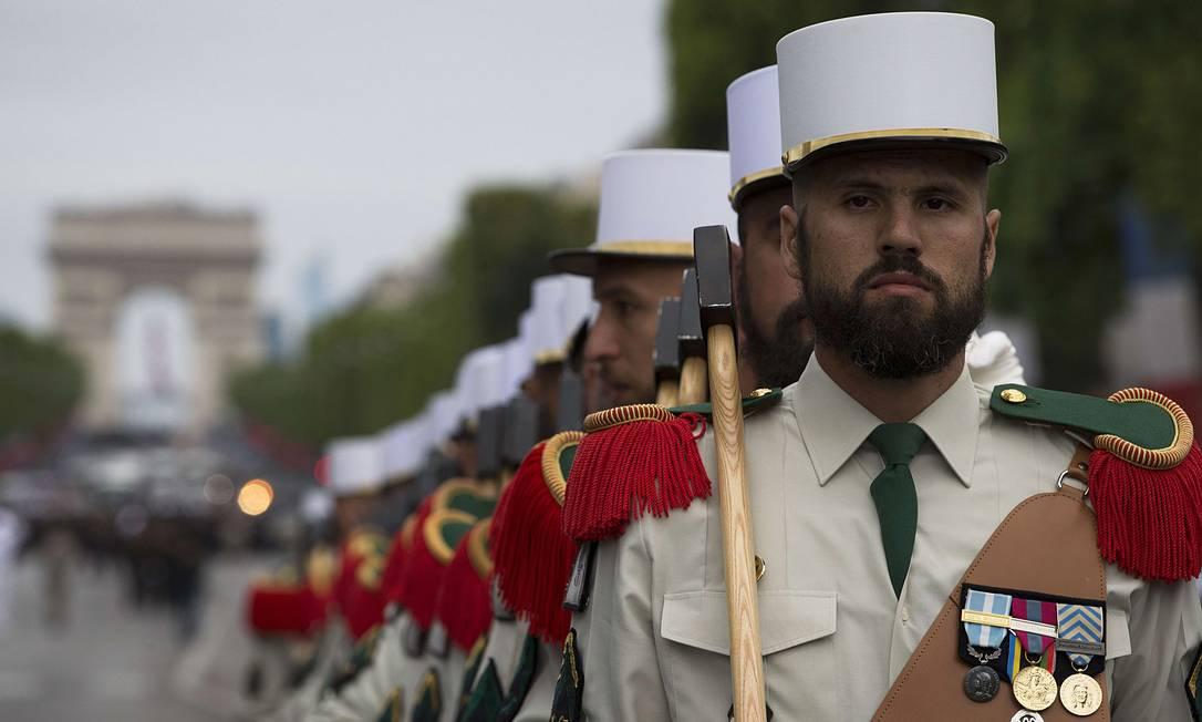 Pioneiros da Legião Estrangeira Francesa caminham na avenida Champs Elysees JOEL SAGET / AFP