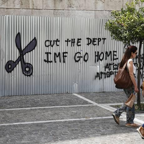 """""""FMI, corte a dívida ou vá para casa"""", diz pichação em Atenas Foto: Simon Dawson/26-6-2015 / Bloomberg News"""