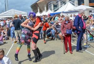 Namoradas se beijam e provocam reações de espanto e nojo de uma senhora idosa Foto: Sophie Merlo / SWNS