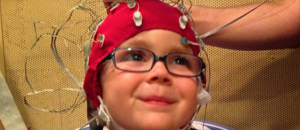 Eletrodos no couro cabeludo captaram como os cérebros das crianças reagem a sons, o que permitiu avaliar o desenvolvimento da linguagem e o potencial futuro de alfabetização das crianças Foto: Laboratório de Neurociência Auditiva da Universidade Northwestern