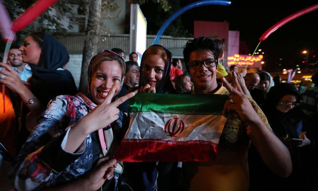 Jovens de Teerã celebram assinatura de acordo: país entra em etapa de cooperação internacional Foto: ATTA KENARE / AFP
