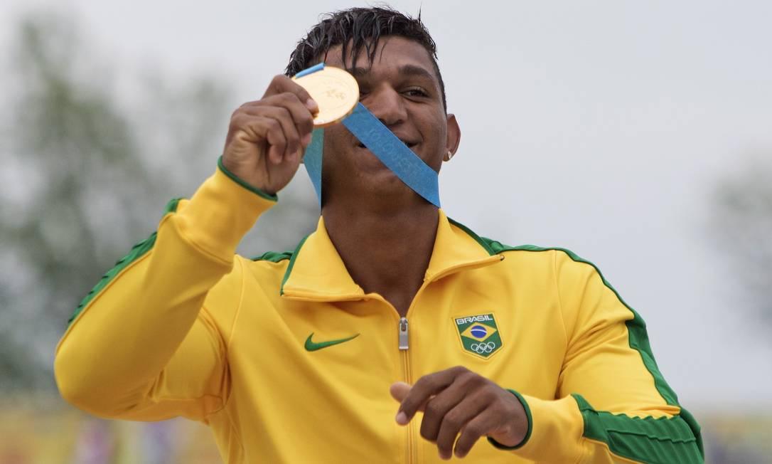 Isaquias Queiroz exibe seu segundo ouro Aaron Lynett / AP