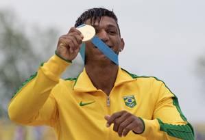 Isaquias Queiroz exibe seu segundo ouro no Pan Foto: Aaron Lynett / AP