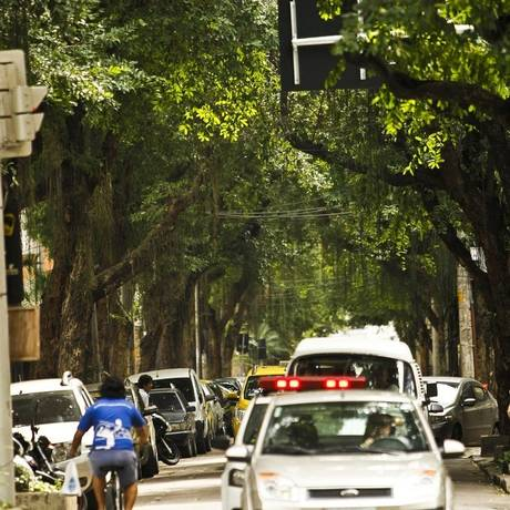 Às escuras. Árvores centenárias formam túnel na Rua Dona Mariana Foto: Guilherme Leporace / Agência o Globo