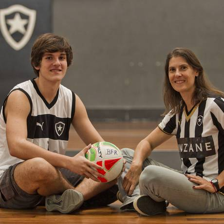 Herança. Ana Richa e o filho Eduardo: gosto pelo vôlei que vem de casa Foto: Guilherme Leporace / Agência O Globo