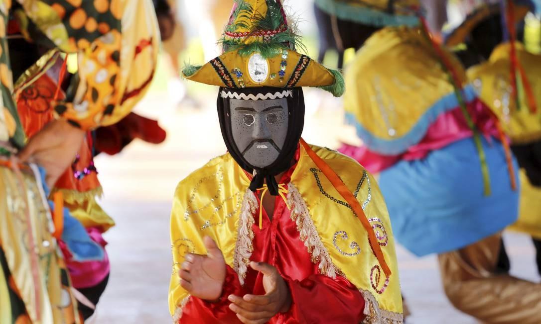 A dança dos mascarados é tradição em Poconé Foto: Marcelo Piu / Agência O Globo