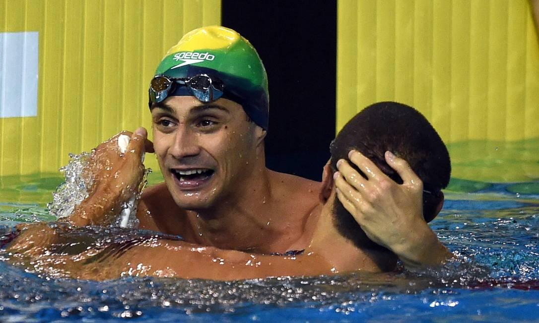 Leonardo De Deus comemora o ouro nos 200m borboleta TIMOTHY A. CLARY / AFP