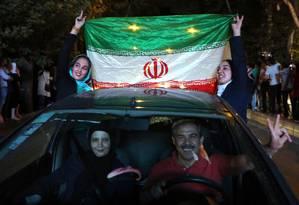Comemoração. Nas ruas, iranianos comemoram acordo com festa: especialistas lamentam que acerto não tenha incluído questões dos direitos humanos no país Foto: ATTA KENARE / ATTA KENARE/AFP