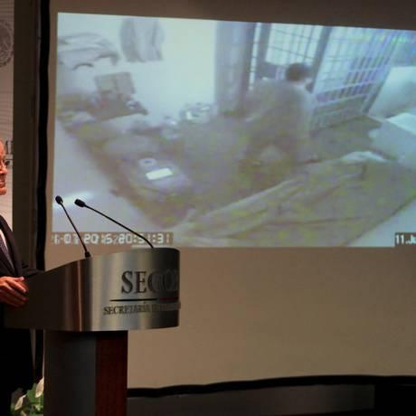 Monte Alejandro Rubido, Comissário de Segurança Nacional, mostra a gravação em que 'El Chapo' aparece momentos antes da fuga Foto: STRINGER/MEXICO / REUTERS