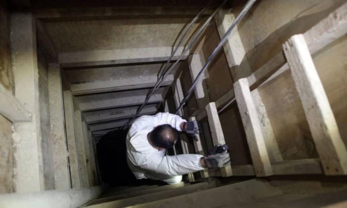 A partir de uma perspectiva superior, é possível que os capangas do narcotraficante utilizaram várias placas para reforçar o acesso ao túnel, de modo a evitar que a terra transbordasse e arruinasse os planos de fuga Foto: Jorge Alvarado / Agencia EL UNIVERSAL