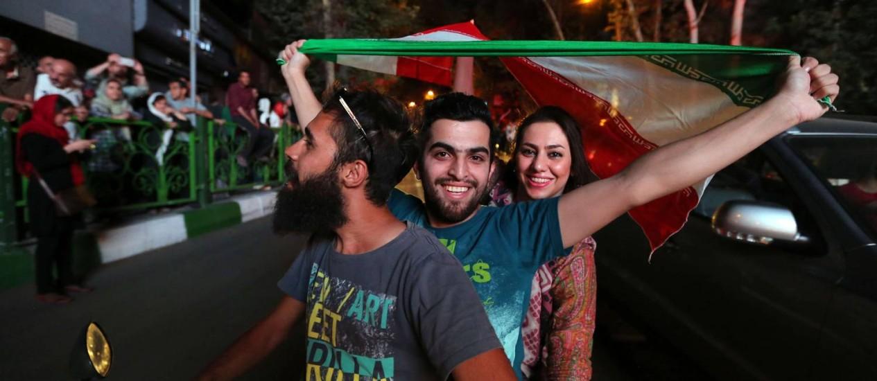 A bandeira iraniana circulou nas celebrações pelas ruas de Teerã Foto: ATTA KENARE / AFP