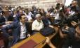 Premier Alexis Tsipras é cercado por fotógrafos antes de uma sessão no Parlamento