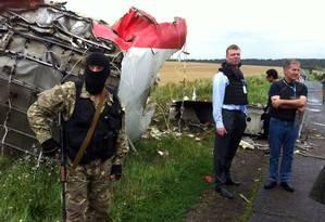 Foto dias após queda do voo MH17 mostra equipe de investigadores inspecionando destroços da aeronave Foto: DOMINIQUE FAGET / AFP