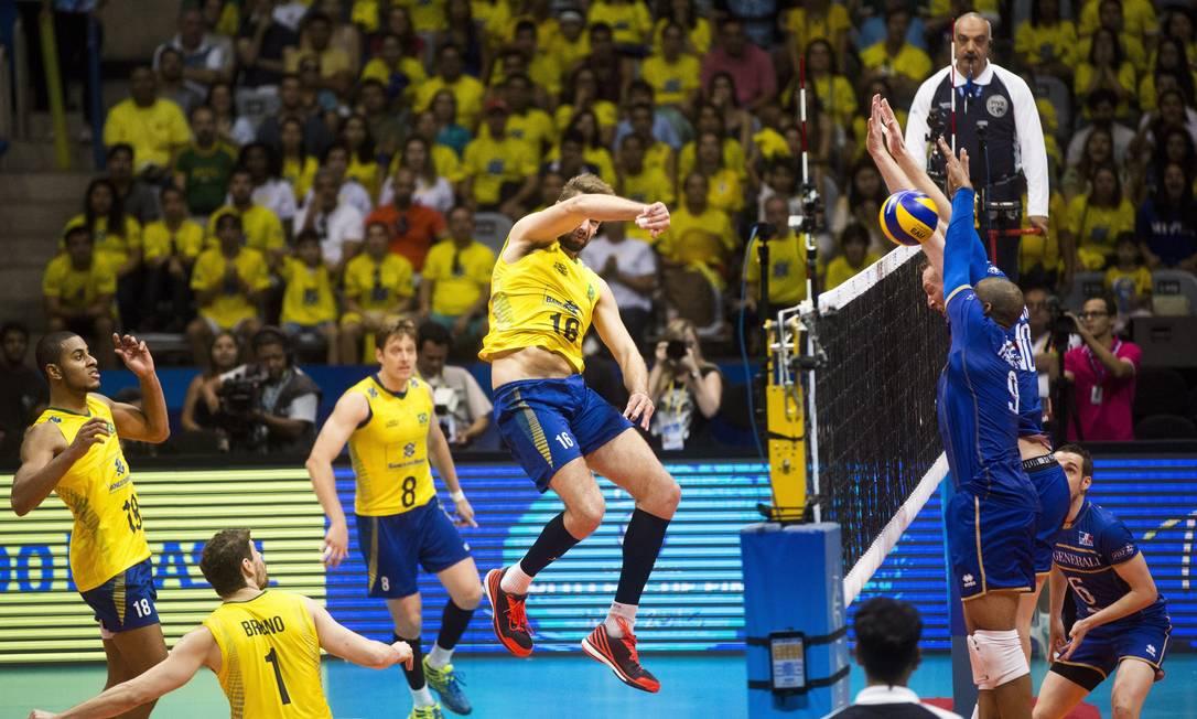 Brasil perde da França por 3 sets a 1 e fica mais longe do décimo título da Liga Mundial de vôlei Guito Moreto / Agência O Globo