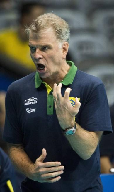 O técnico Bernardinho se irrita com os erros de sua equipe Guito Moreto / Agência O Globo