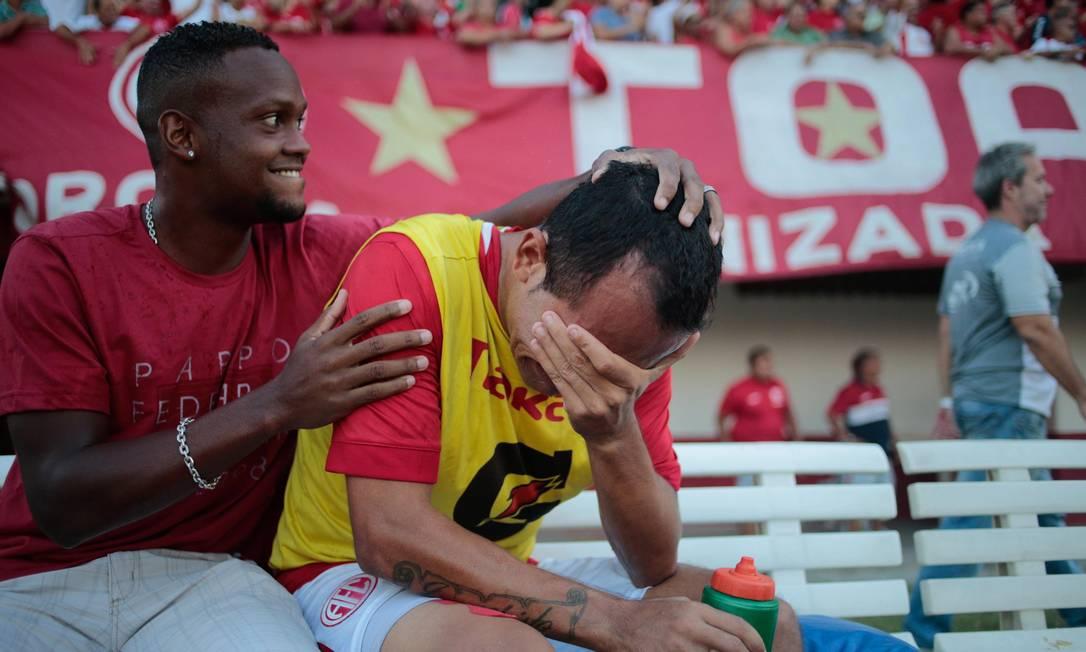 Um dos jogadores chora após a vitória Agência O Globo